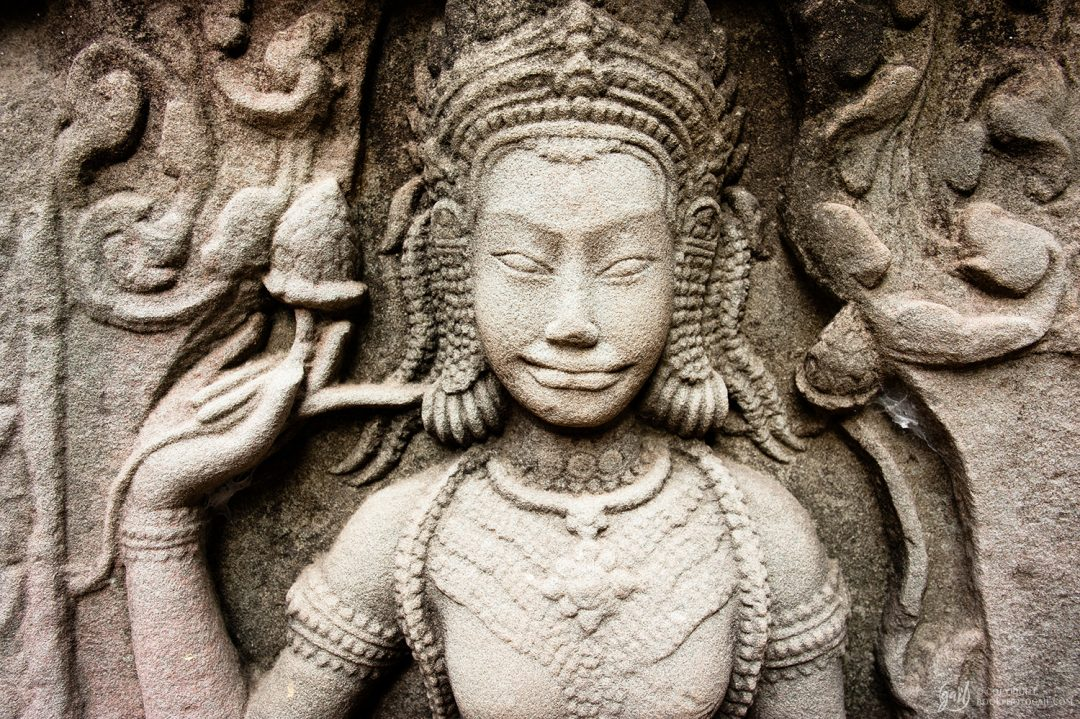 Mur sculpté au temple de Banteay Kdei