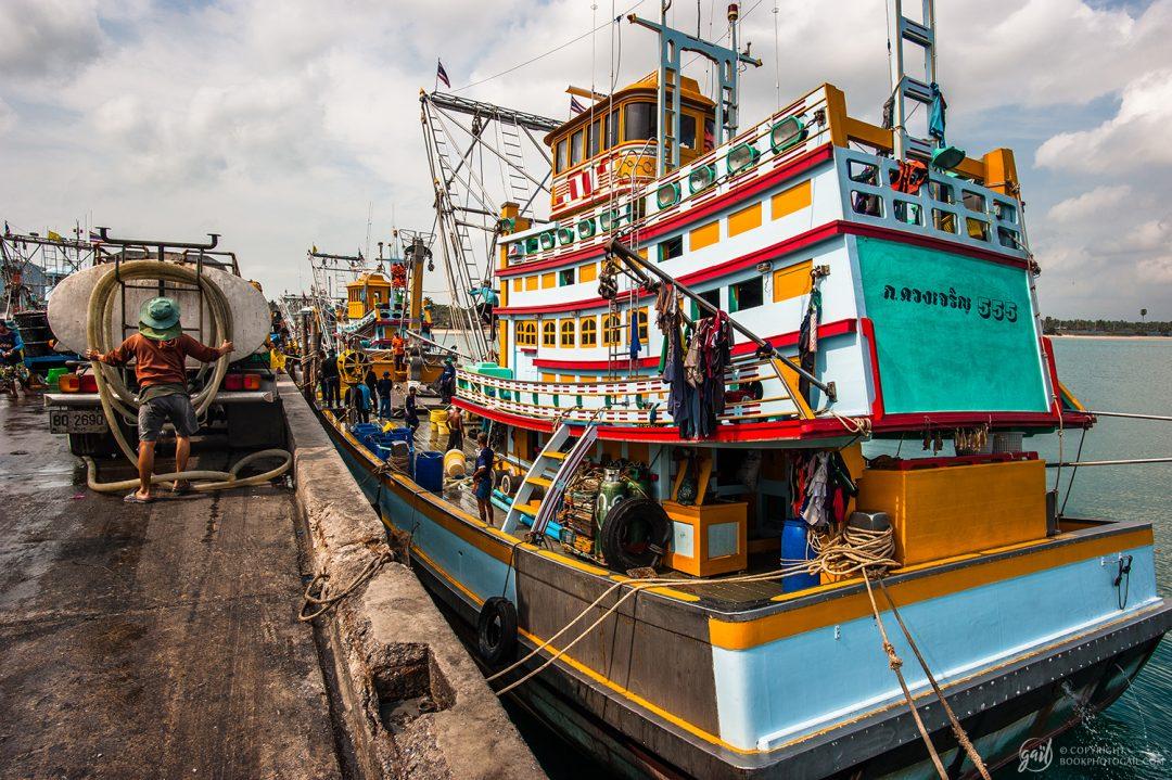 Port de pêche à Bang Saphan