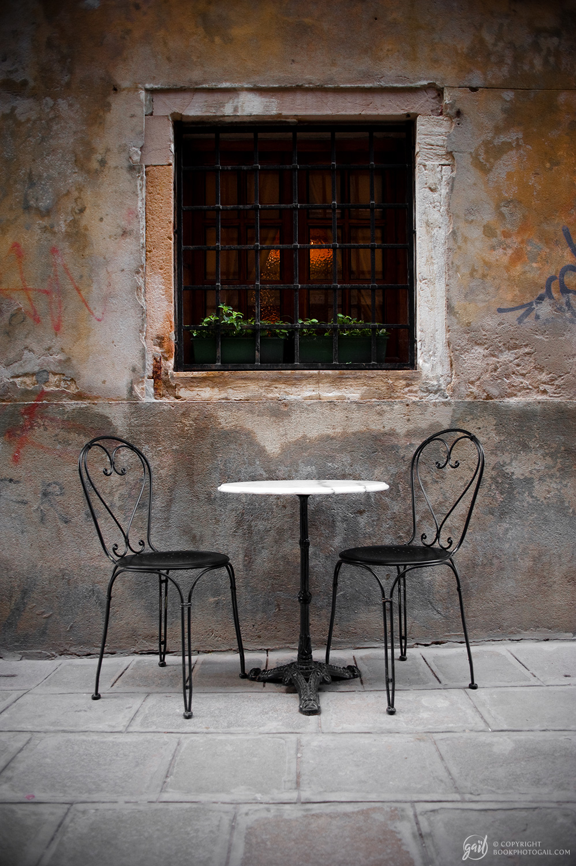 Petite terrasse dans une ruelle de Venise