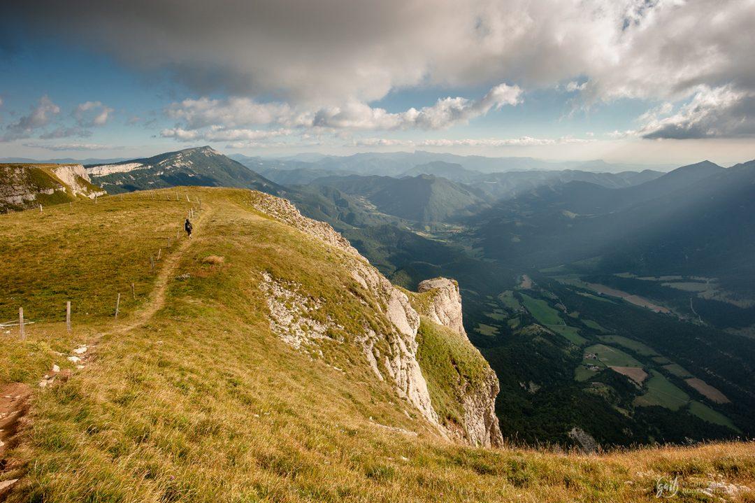 Chemin de randonnée longeant les falaises du plateau de Font d Urle