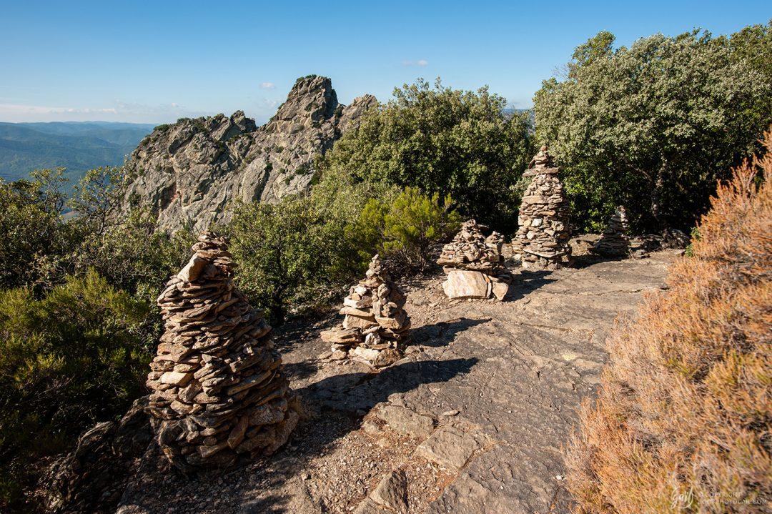 Cairns sur le chemin de randonnée du Caroux