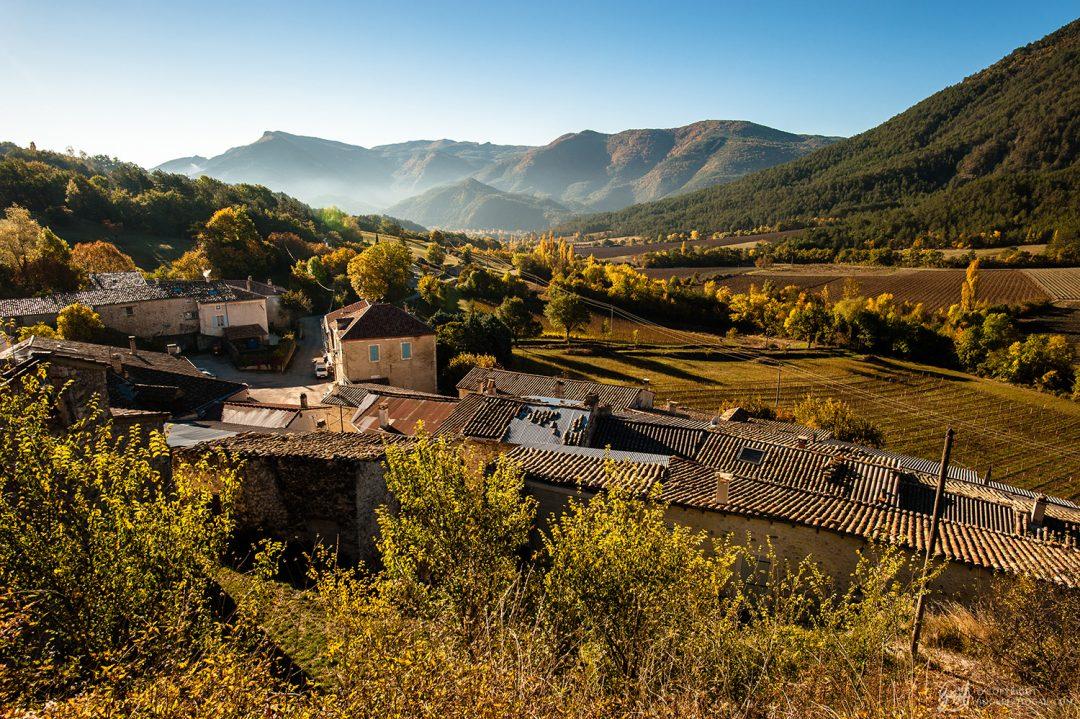 Panorama matinal d automne sur Ponet-et-Saint-Auban, village du diois
