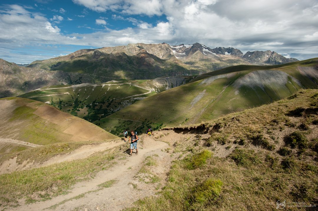 La montée sur le plateau d'Emparis avec vue sur les Grandes Rousses