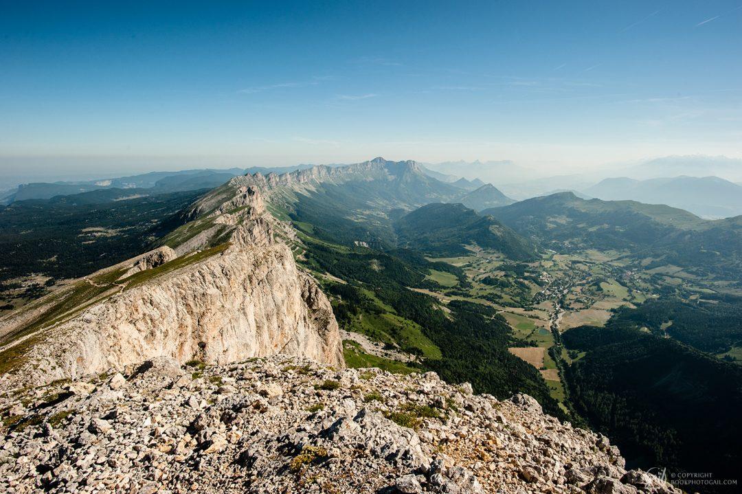 Panorama sur la longue falaise orientale du Vercors, surplombant Gresse-en-Vercors et l'ouest du Trièves
