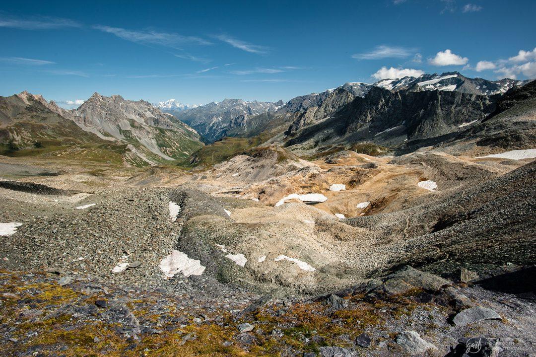 Panorama depuis le col de Chavière. Le Mont Blanc est visible à l'horizon.