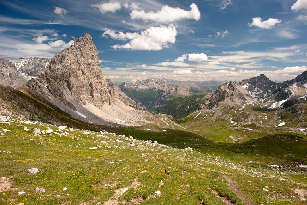 Panorama sur la vallée étroite depuis le contrebas du col des Méandes