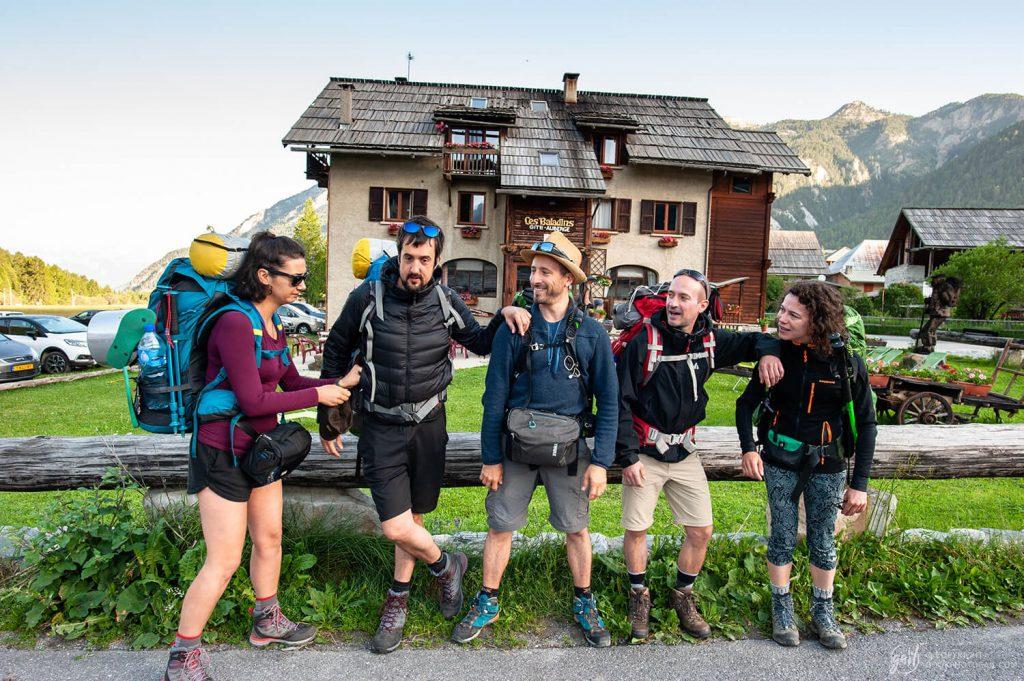 Le groupe de randonneurs au départ du tour du Queyras devant le gite des Baladins à Ceillac