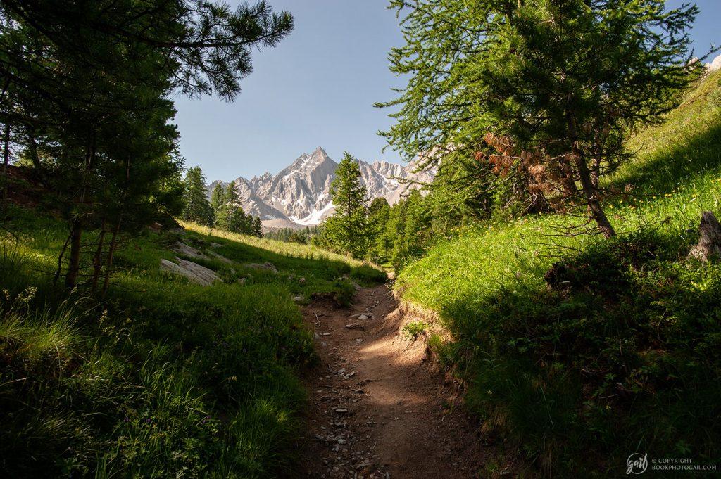 Le chemin de randonnée dévoile les Pics de la Font Sancte