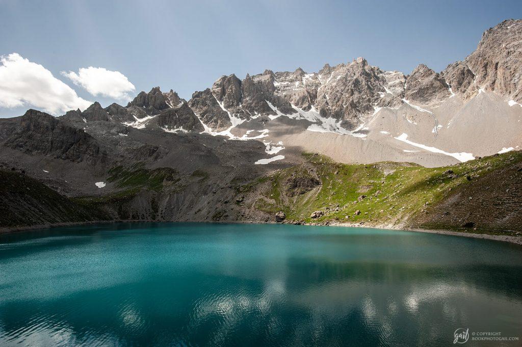 Magnifique panorama sur le lac Sainte-Anne surplombé par les Pics de la Font Sancte