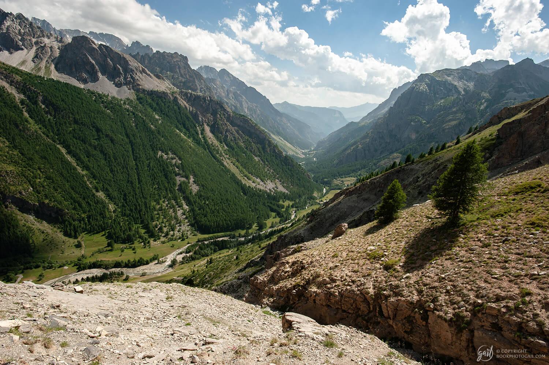 Descente du chemin et belle vue sur la haute vallée de l'Ubaye