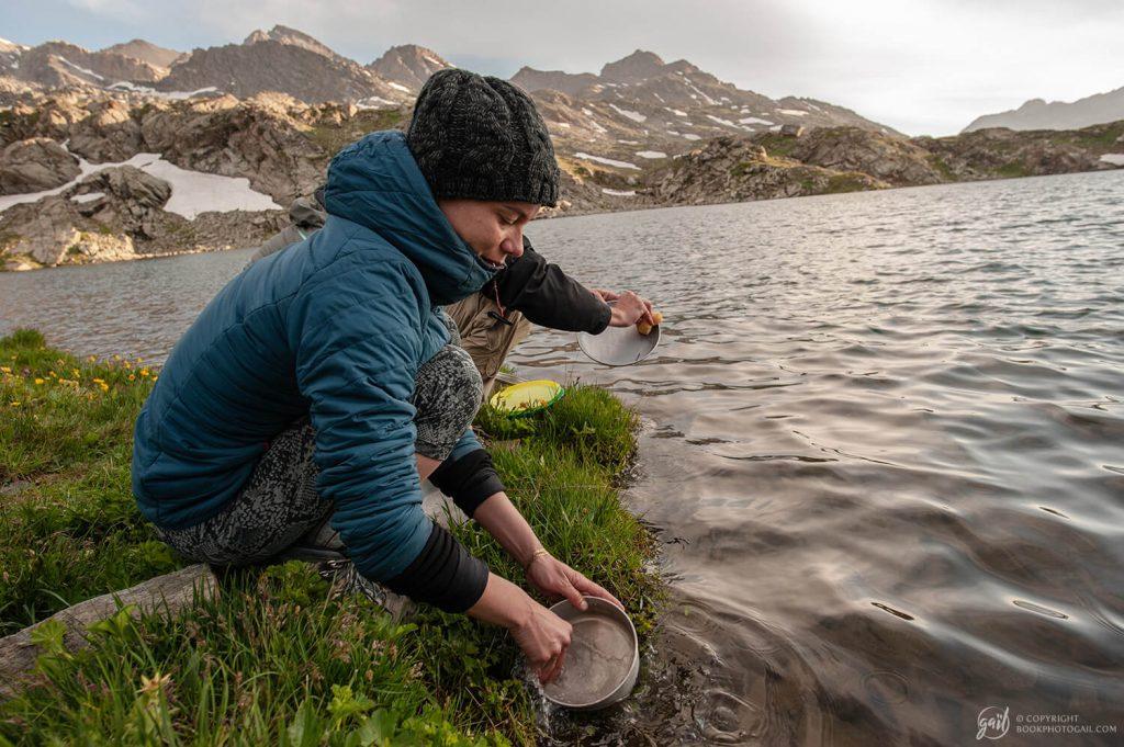Vaisselle à l'eau froide aux lacs de Longet près des sources de l'Ubaye
