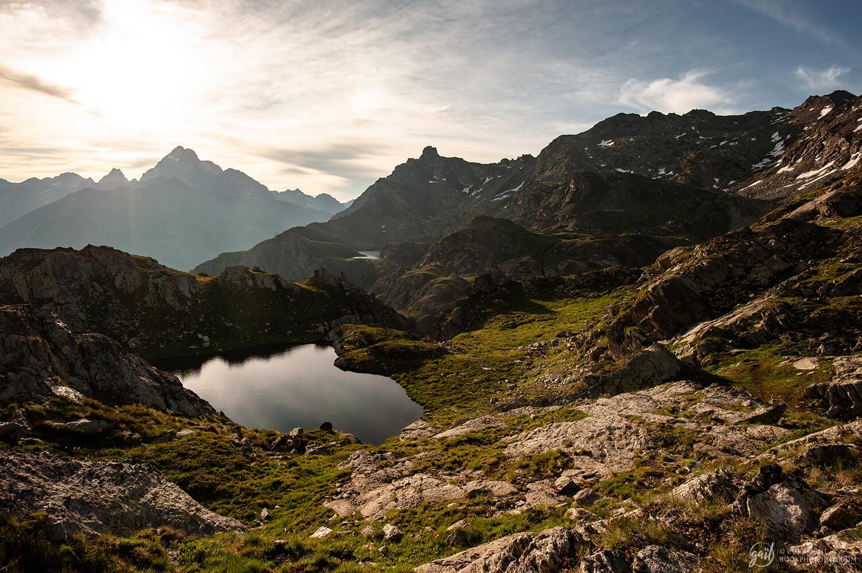 Les lacs de Longet côté italien, avec le Mont Viso en arrière-plan