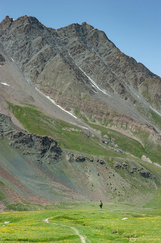 Sur le sentier d'alpage du GR58 en direction du col de Chamoussière
