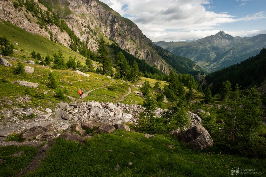 Descente sur le sentier du GR58 en direction de L'Échalp