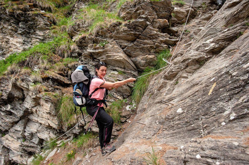 Maud à l'assaut d'une montée raide en direction du lac des Cordes