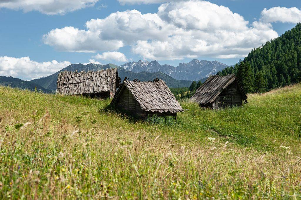 Vieux cabanons d'alpages du Queyras préservés près de Souliers